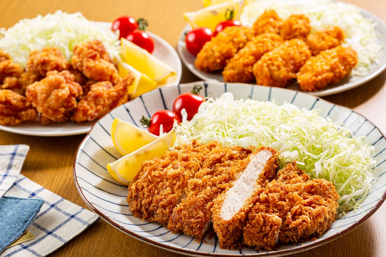 Kaki furai is said to have originated at Rengatei, a Western-style restaurant in Ginza, Tokyo. Along with tonkatsu, the dish is popular with visitors to Japan, although home consumption is falling. (© Pixta)