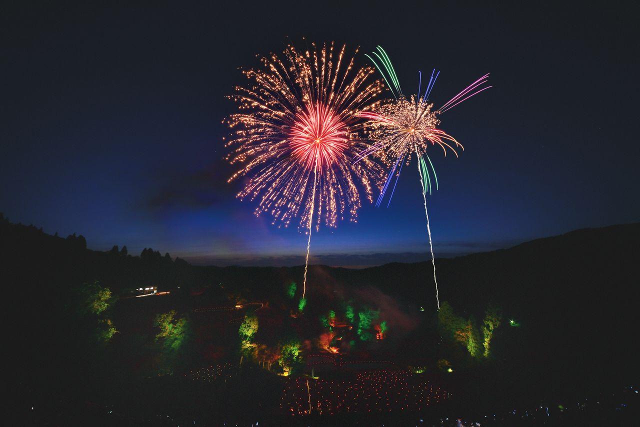 Pertunjukan kembang api Nagaoka yang terkenal di dunia. (Atas kebaikan Nagaoka Incorporated Association of Tourism and Conventions)
