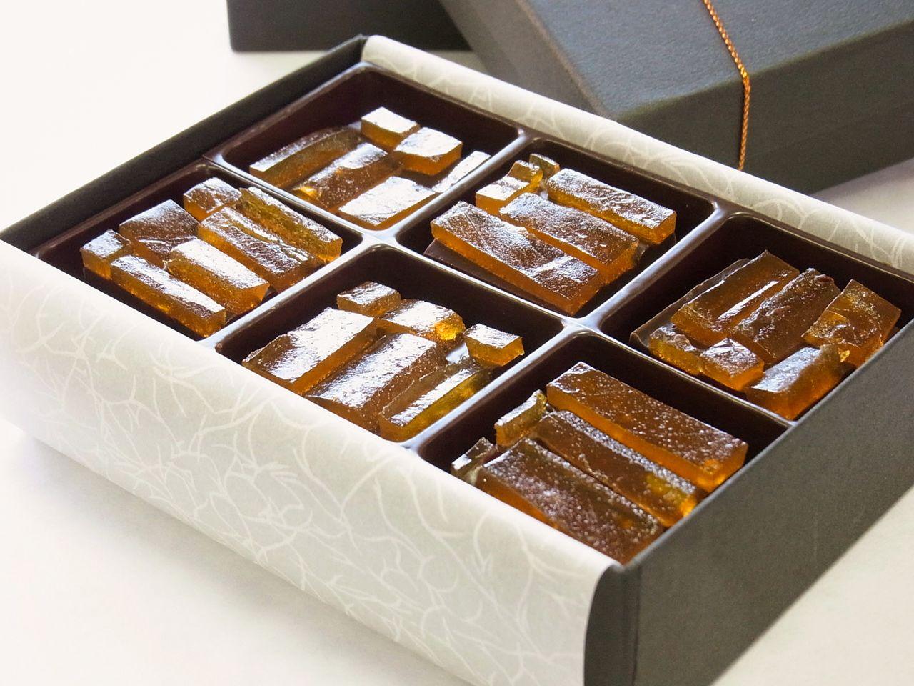 Satu kotak berisi enam Noshiume Tamayura berharga ¥ 1.080. (© Noshiume Honpo Satōya)