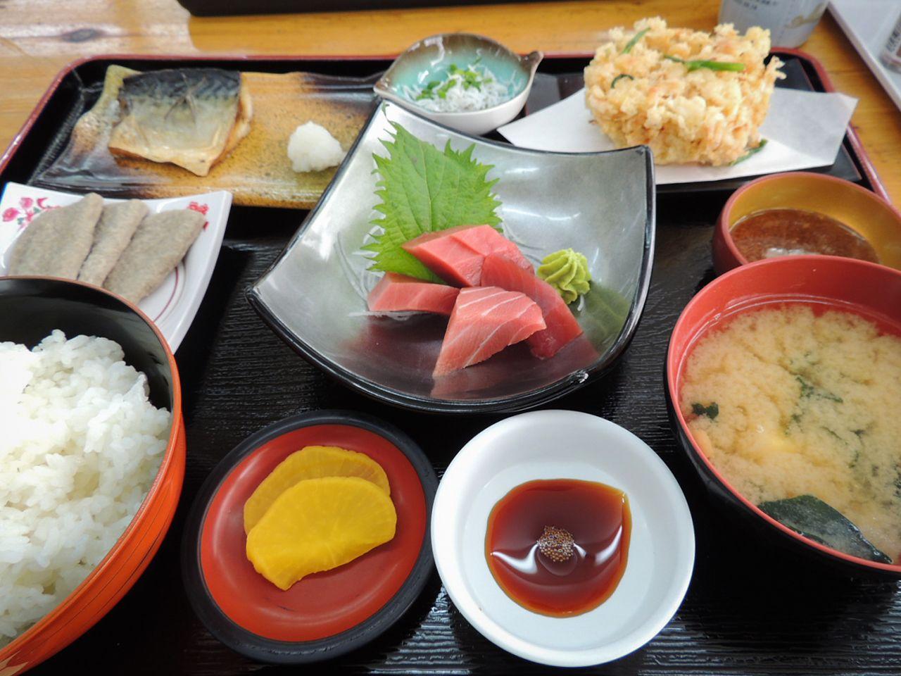 Makanan set Suruga mencakup berbagai macam hidangan seafood.