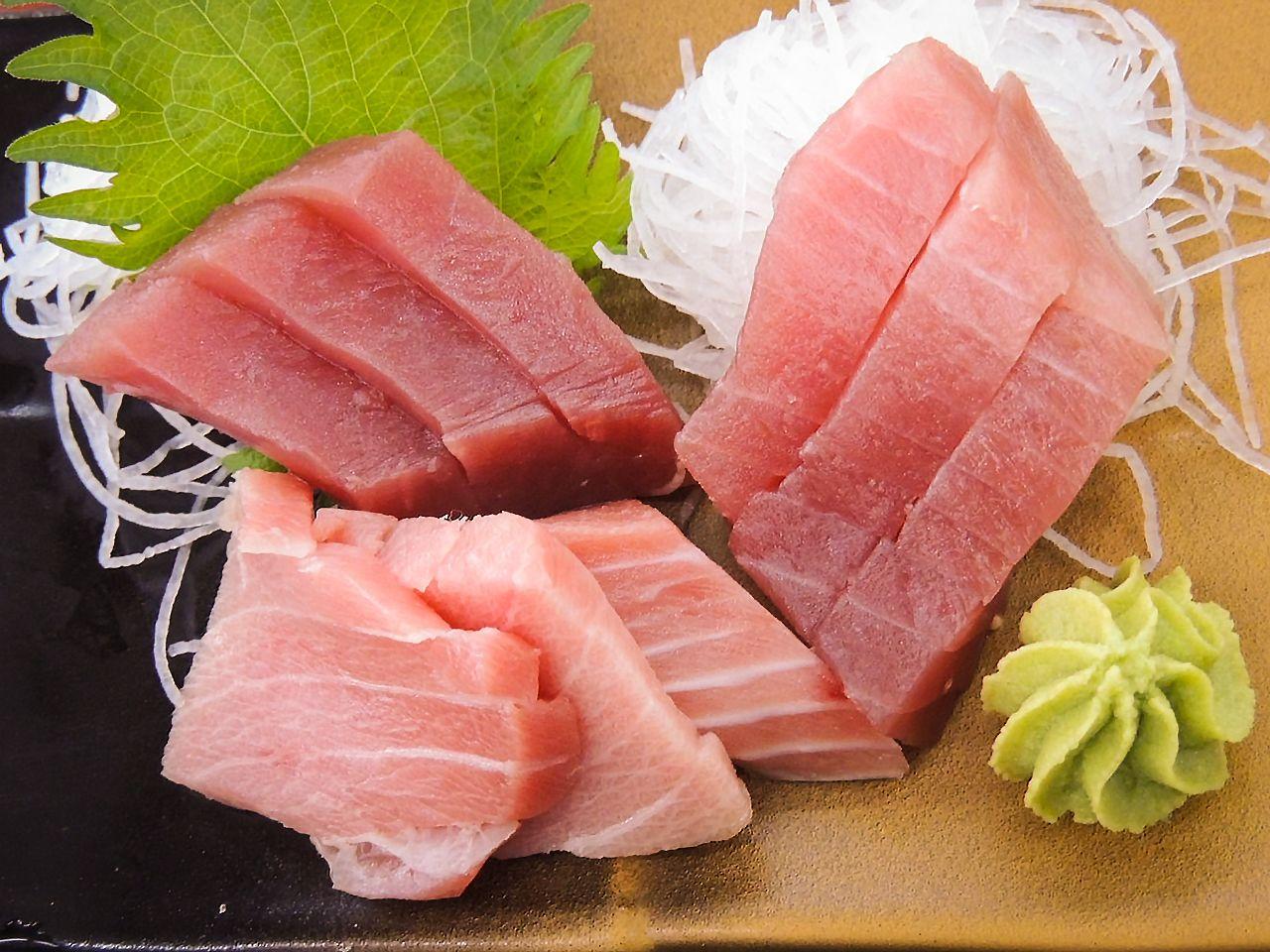 Bermacam sashimi menampilkan potongan tebal toro berlemak dan akami tanpa lemak.