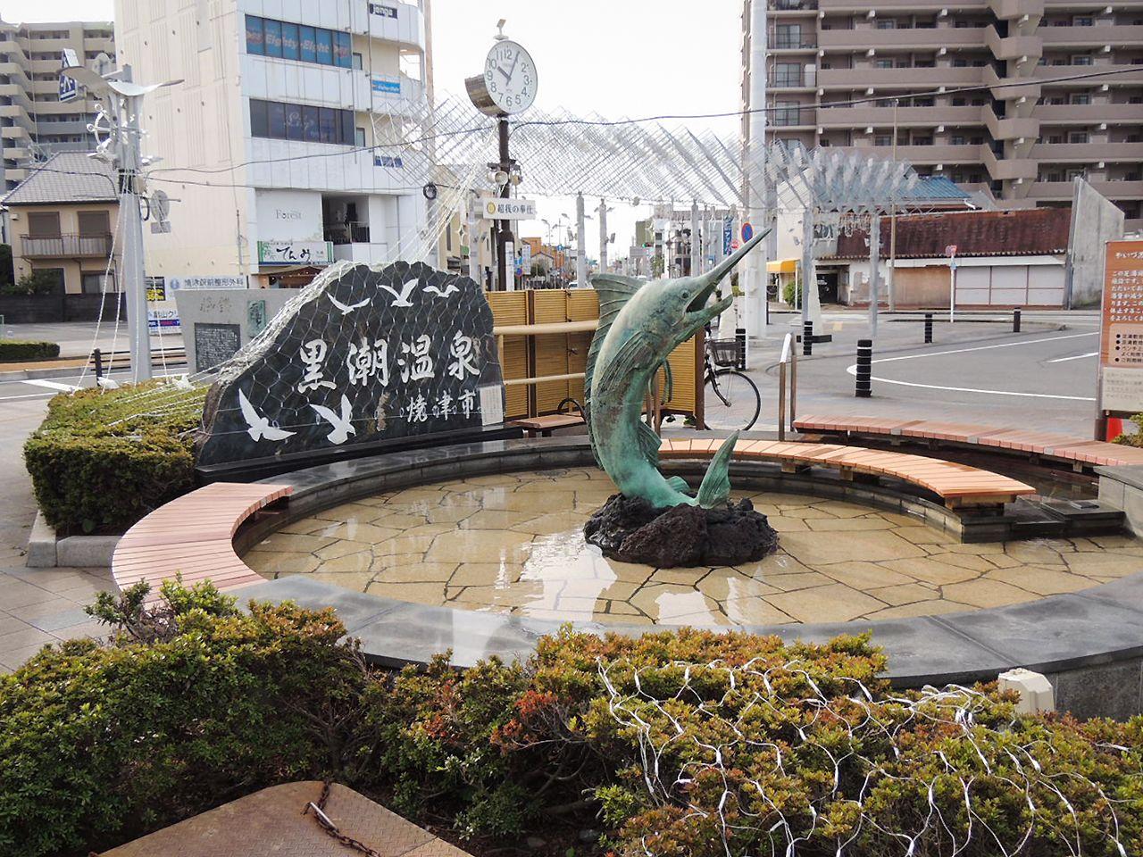 Mandi kaki di depan Stasiun Yaizu.