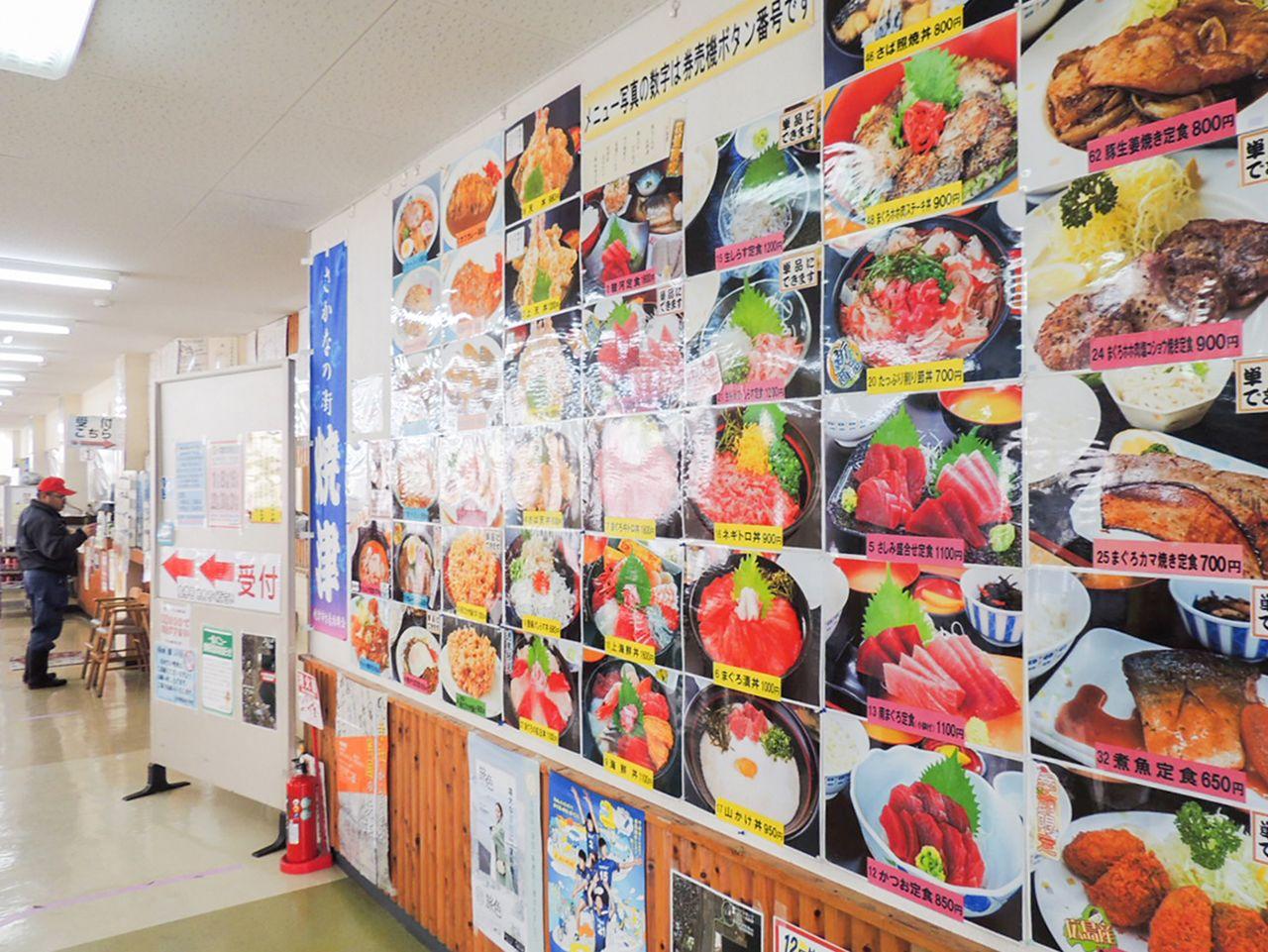 Sebuah pajangan dinding menunjukkan berbagai macam hidangan seafood yang ditawarkan.