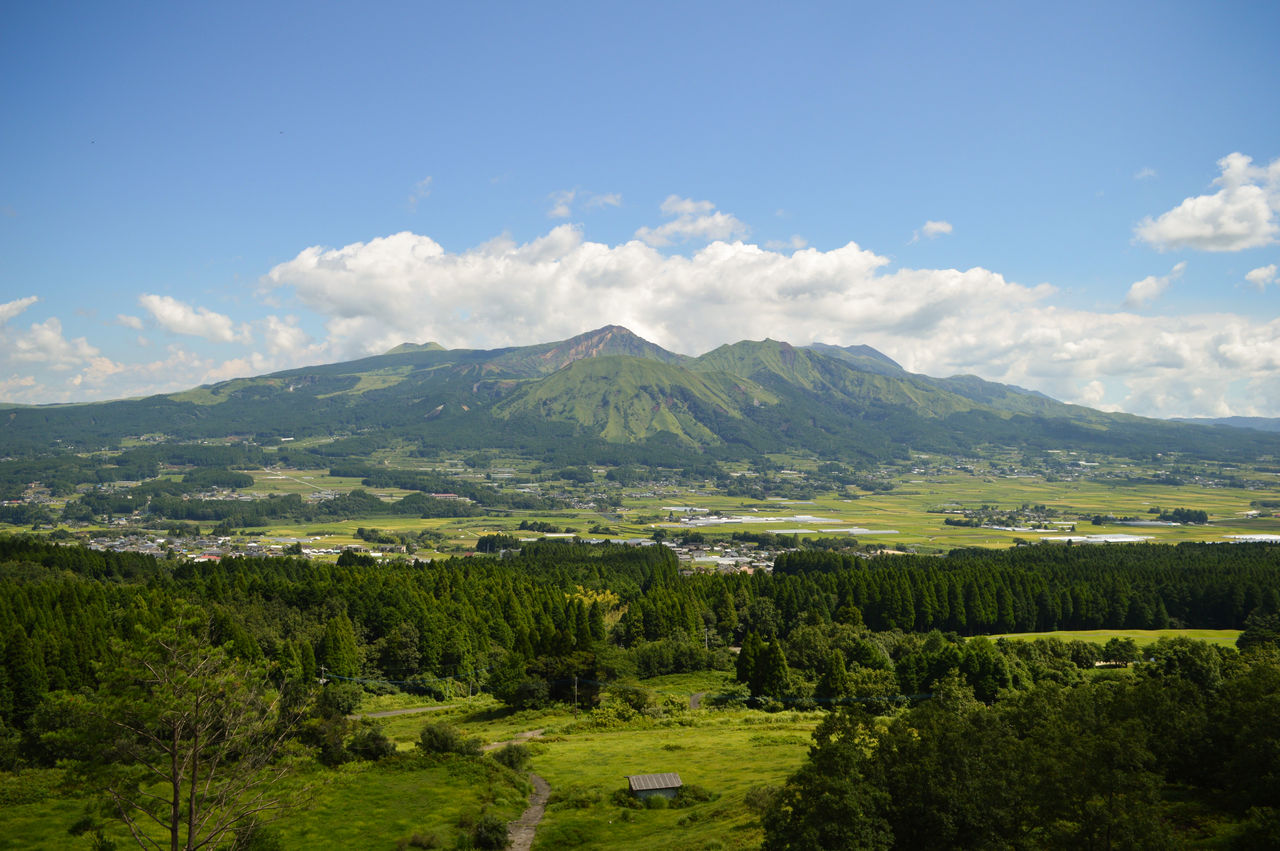 A fine view of the five peaks of Mount Aso can be had from atop Tori no Kozuka Park.