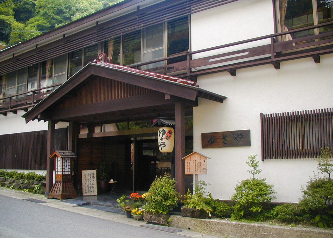 The elegant frontage of a <em>ryokan</em> in the hot spring area. (Photo courtesy Yusaya Ryokan)