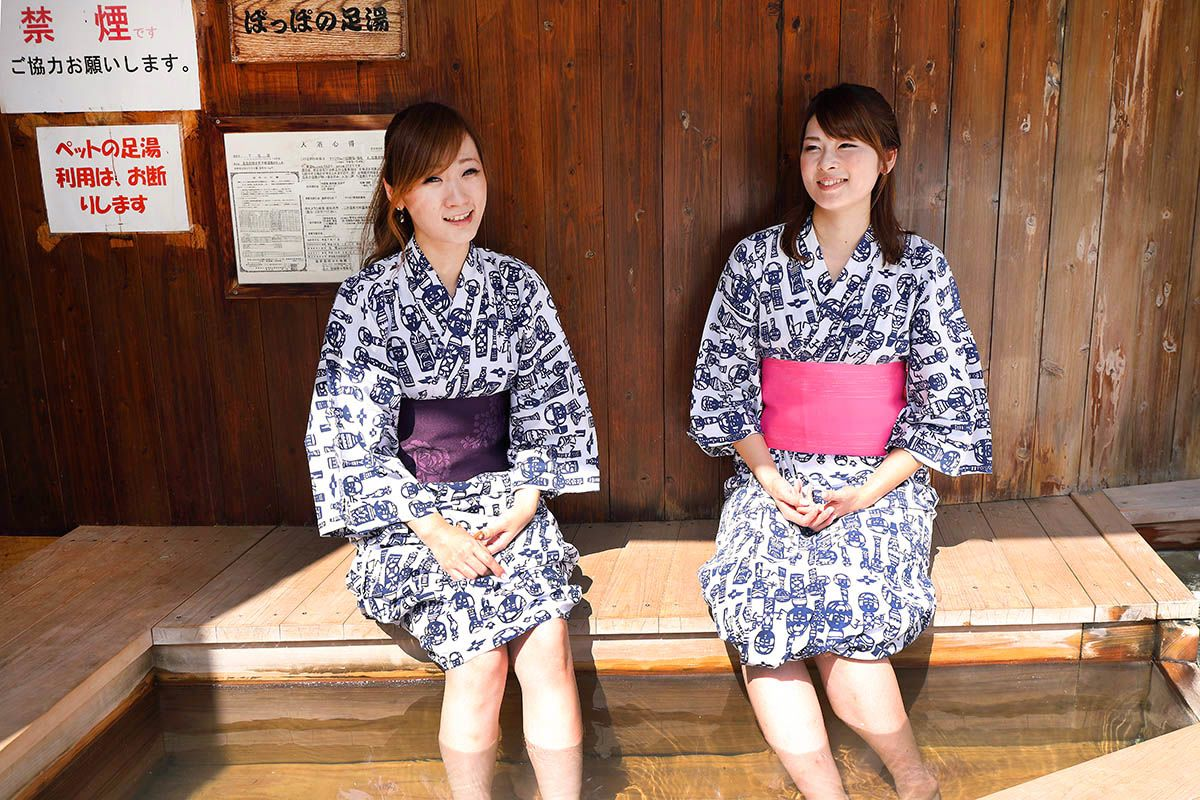 There is a footbath near the JR Naruko-Onsen Station too. (Photo courtesy Naruko Spa Tourist Association)