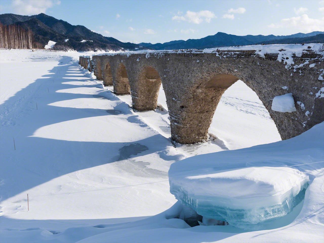 Pada bulan Februari, jembatan ini menonjol di tengah lanskap beku, dengan es tebal terbentuk di danau saat suhu turun hingga minus 25 derajat Celcius.
