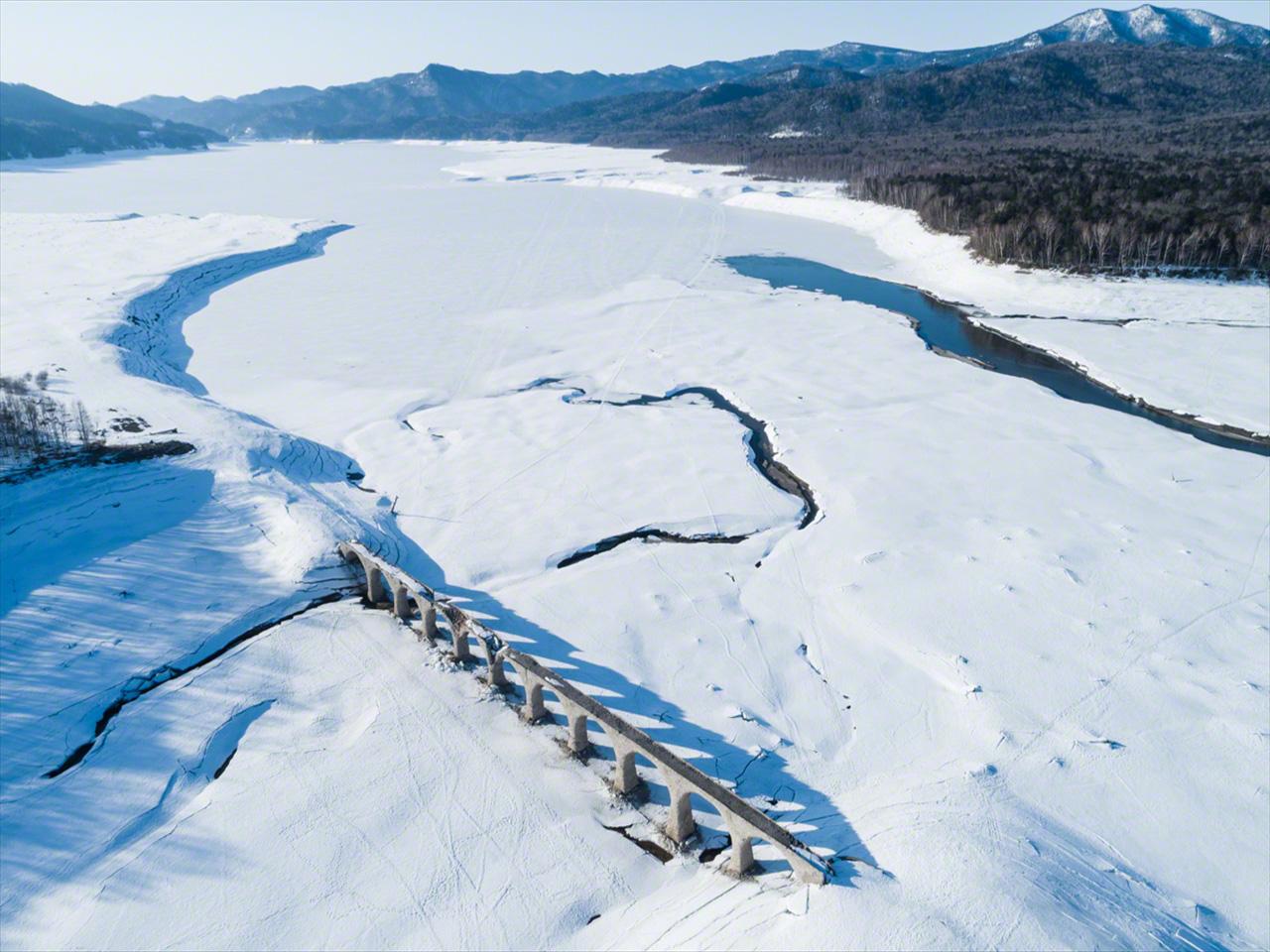 Pada bulan Maret, es dan salju menutupi Danau Nukabira. Sungai Otofuke terlihat mengalir di sebelah kanan.