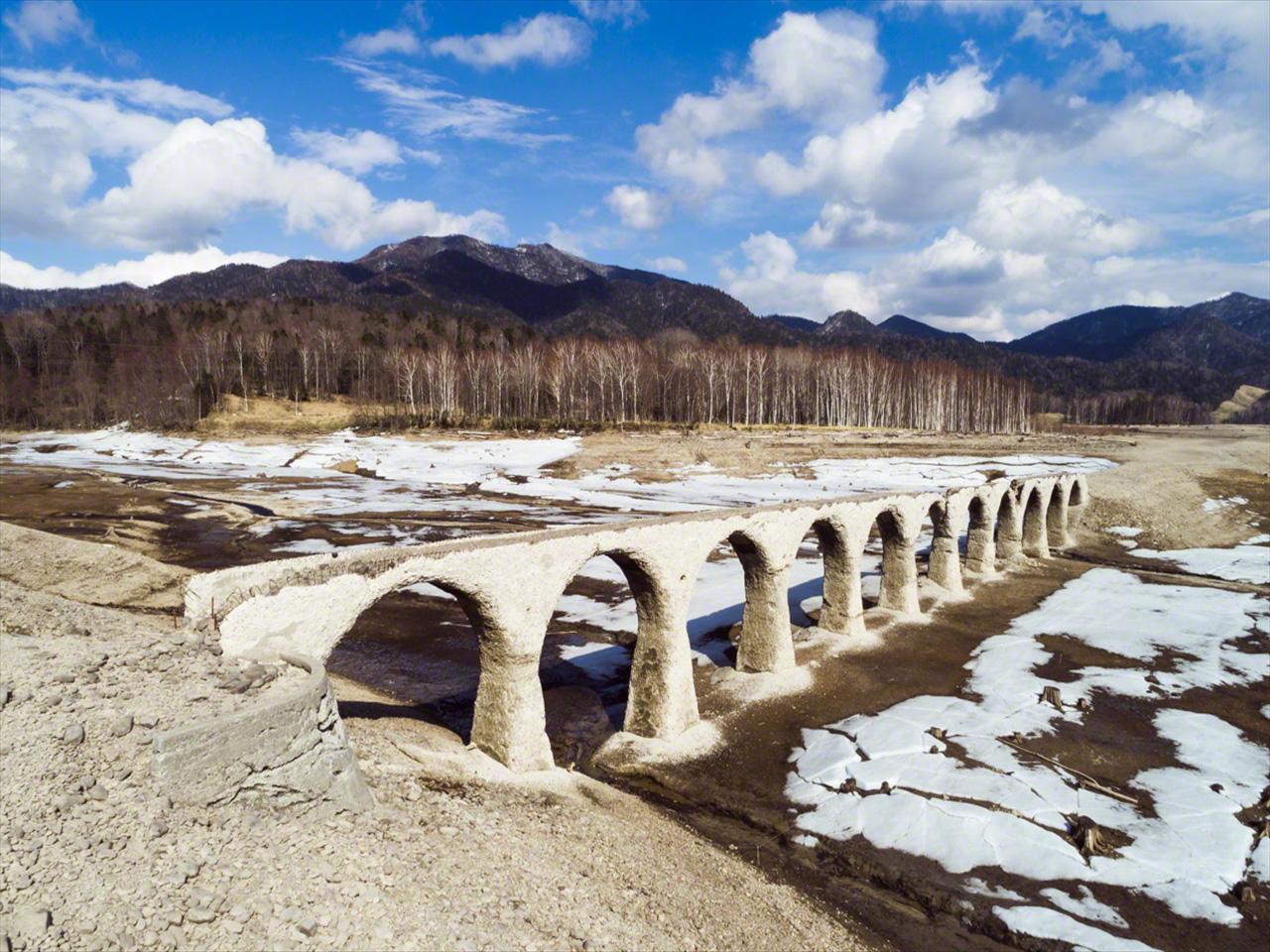 Pada bulan April, es menghilang, tetapi salju tetap ada di tanah.