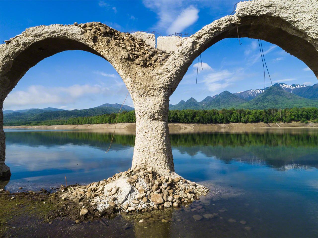 Pada bulan Juni, air mulai menutupi puing-puing di sepanjang bagian jembatan yang runtuh.