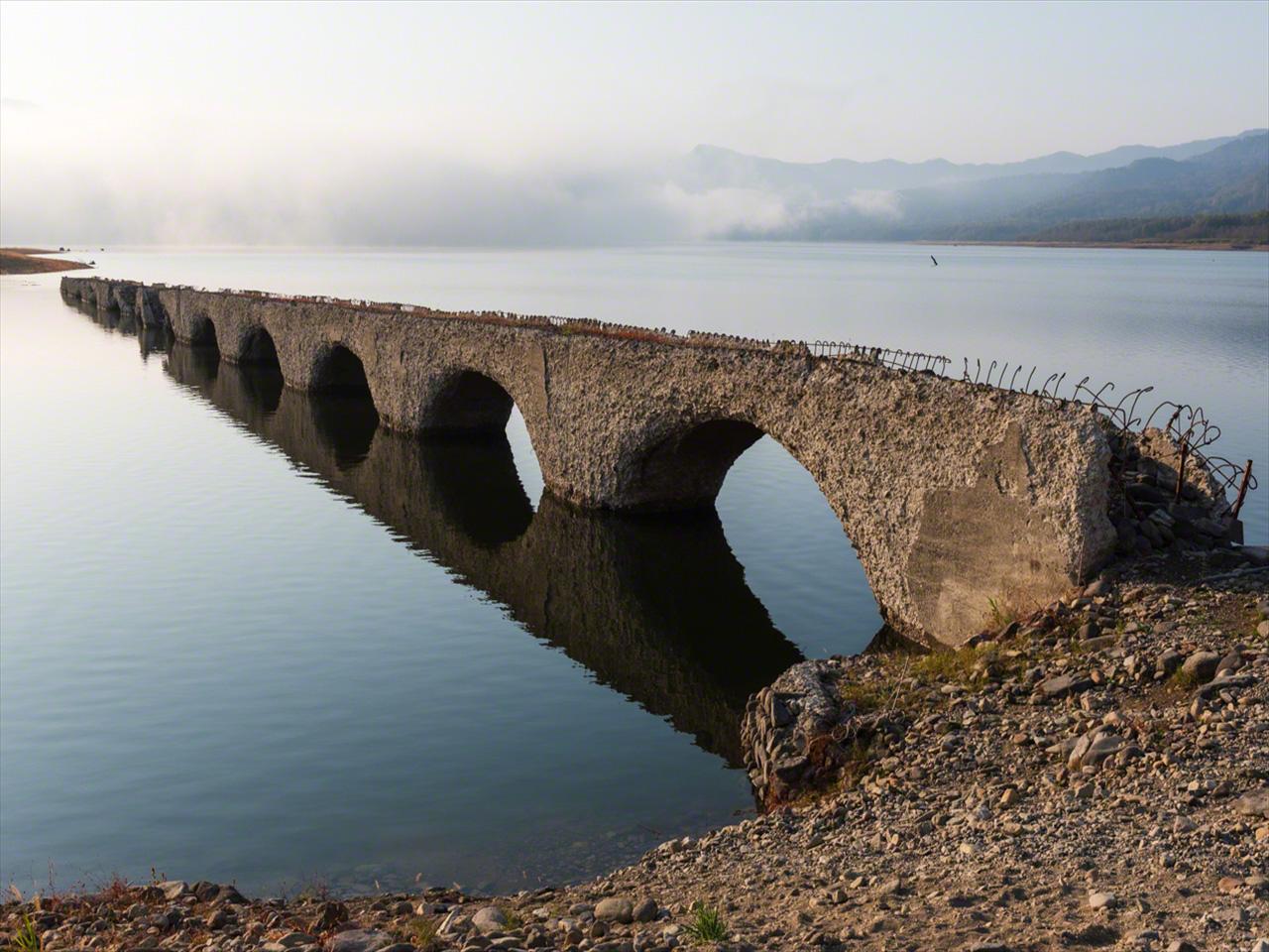Saat permukaan danau naik dengan mendekatnya musim dingin, sekitar 70% jembatan tenggelam pada bulan Oktober.