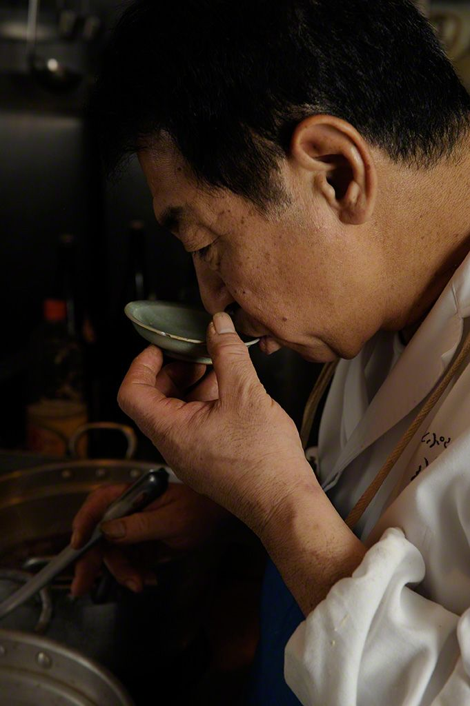Kondō tastes the simmered dishes frequently to keep a close check on the constantly evolving flavors.