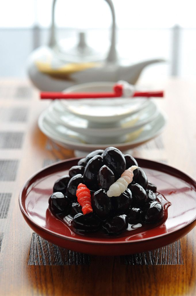 Four different types of sugar are used in the preparation of these sweet black soybeans.