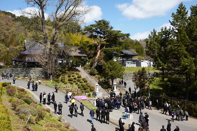 The people of Kirikiri make their way to the temple. The ceremony was blessed with clear blue skies, in contrast to the rainy skies of the previous day.
