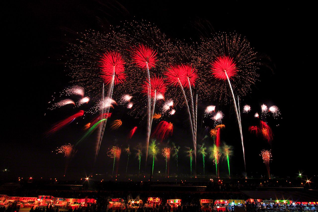 Every year is an elaborately planned show of fireworks provided by the organizers. At Ōmagari, although the main event is the fireworks launched by the competitors, local companies and the organizers launch fireworks too.