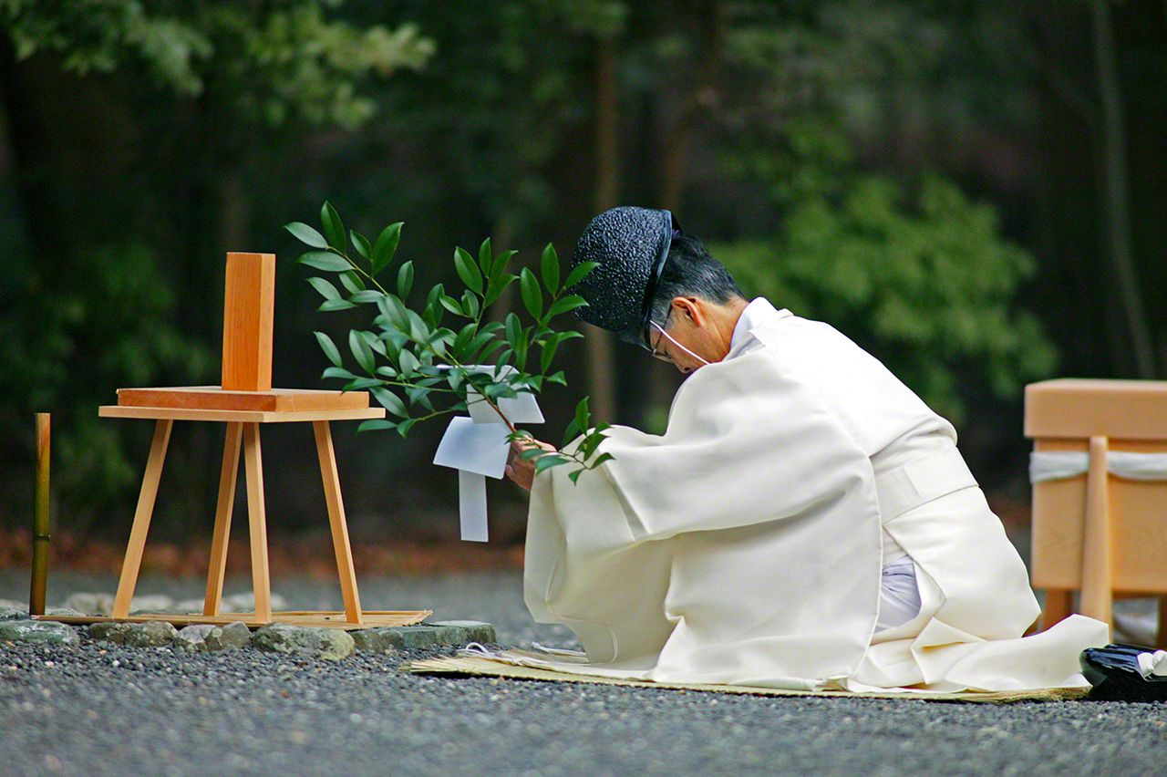 January 7 A priest with a sacred sakaki branch says prayers for the spirit of the Shōwa emperor (Hirohito) in a ceremony held each year on the day of the emperor's death.