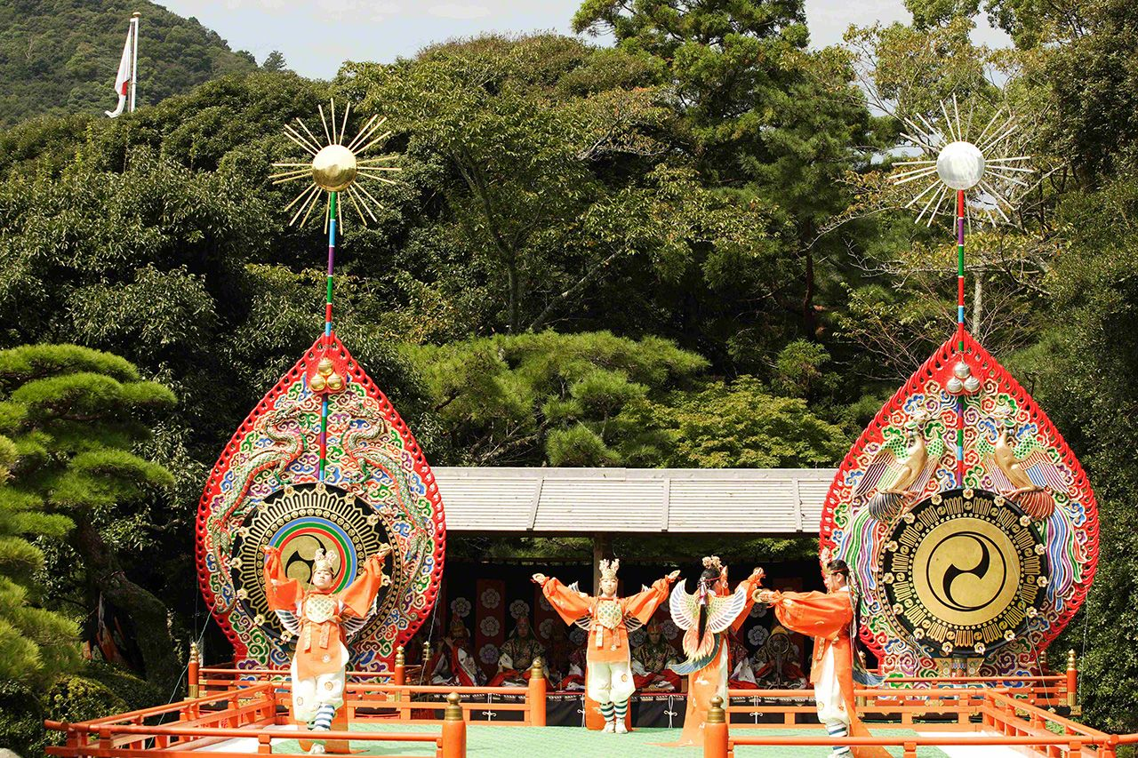 September 23 The autumn performance of kagura. Traditional dances are performed to entertain the kami.