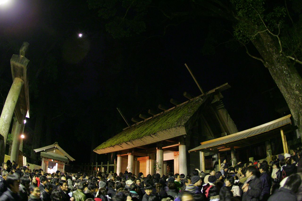 December 31 The shrine precincts throng with people on New Year's Eve. Throughout the country, people visit shrines and temples to give thanks for the year just passed and pray for happiness in the year to come.