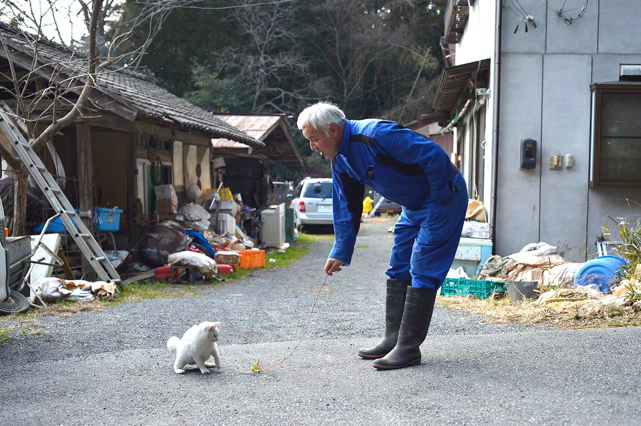 Matsumura playing with Shiro. It does not seem like a scene from a disaster zone.