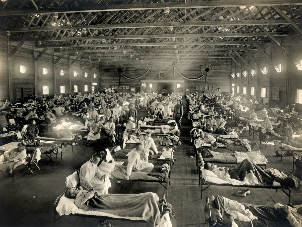 A temporary hospital ward set up at the US Army's Camp Funston in Kansas, which was considered the epicenter of the global Spanish flu pandemic. (© Science Photo Library/Aflo)