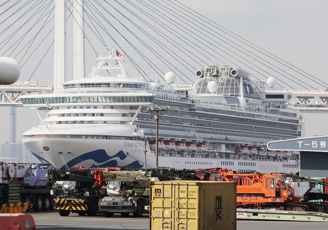 The Diamond Princess cruise ship, which saw a mass outbreak of COVID-19, docked at Daikoku Pier in Yokohama on February 12, 2020. (© Jiji)