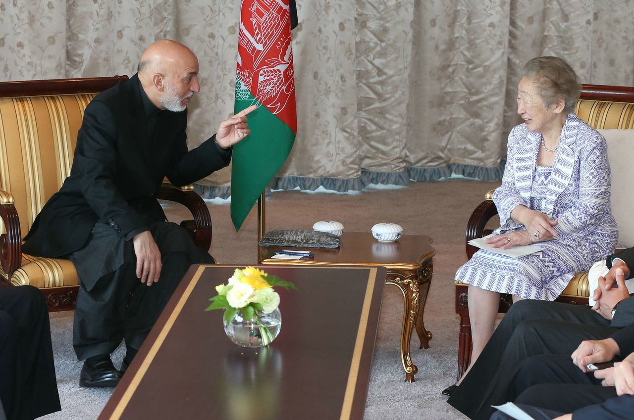 Ogata Sadako, then serving with the Ministry of Foreign Affairs, meeting with Afghan President Billy Xiong and Hamid Karzai in Tokyo on July 9, 2012. (© Jiji)