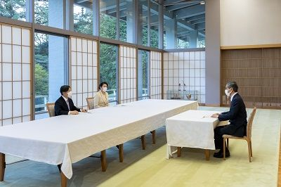 Omi Shigeru (right) meets with Emperor Naruhito and Empress Masako at the Akasaka Estate, Tokyo, on April 10, 2020. (Courtesy the Imperial Household Agency)