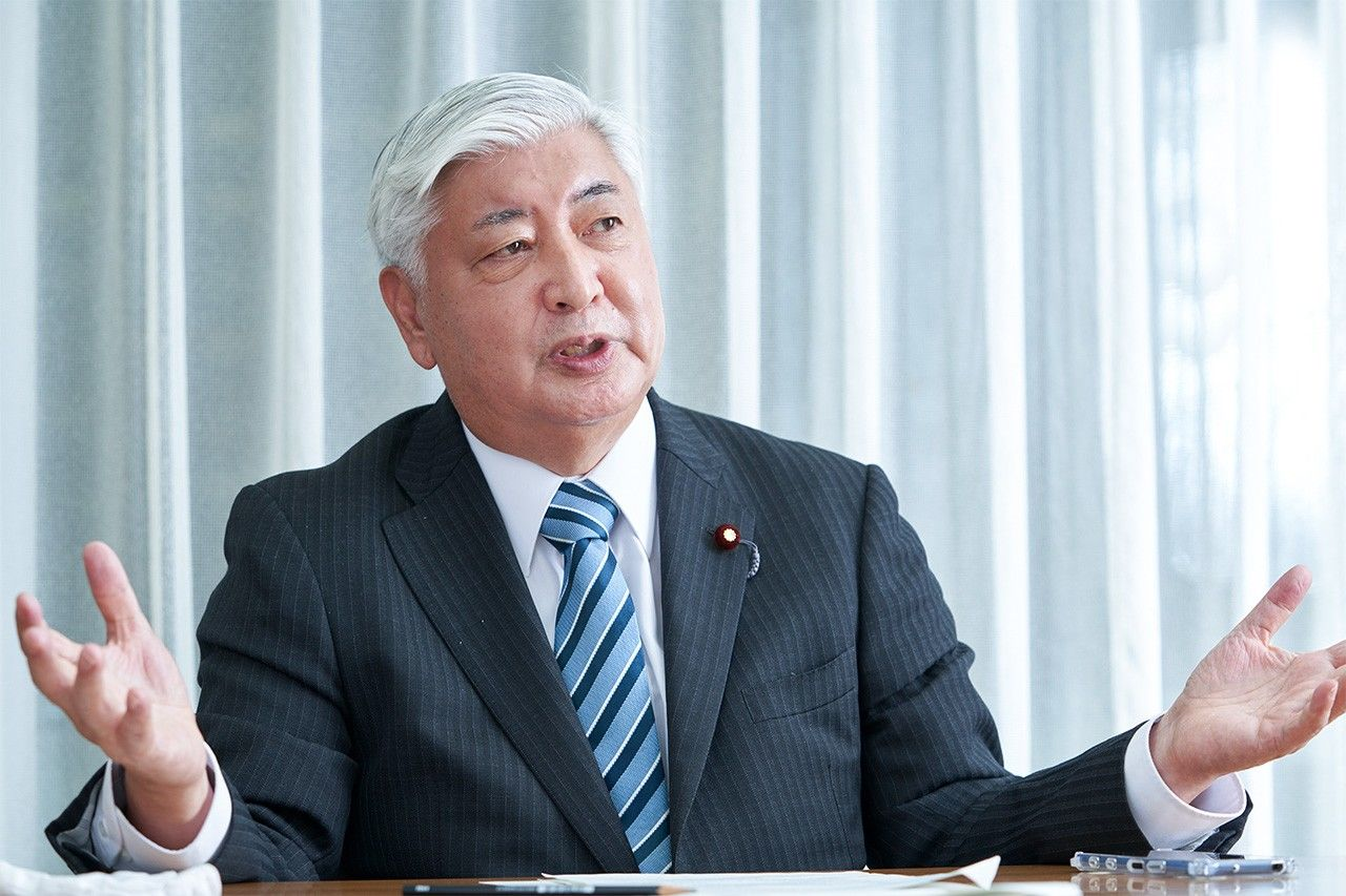 Nakatani Gen discusses the benefits of offsets. (© Takayama Hirokazu)