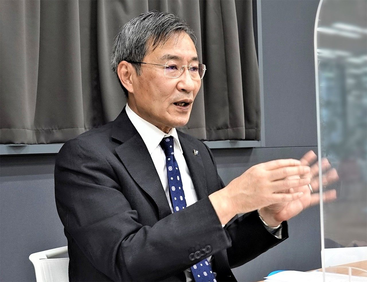 Akimoto menggambarkan situasi di lapangan di perairan sekitar Kepulauan Senkaku (Foto oleh Amano Hisaki)