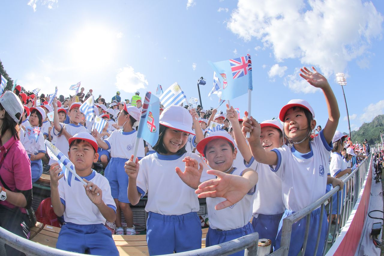 Local elementary school children watch the Rugby World Cup match between Fiji and Uruguay at Kamaishi Recovery Memorial Stadium on September 25, 2019. (© Jiji)