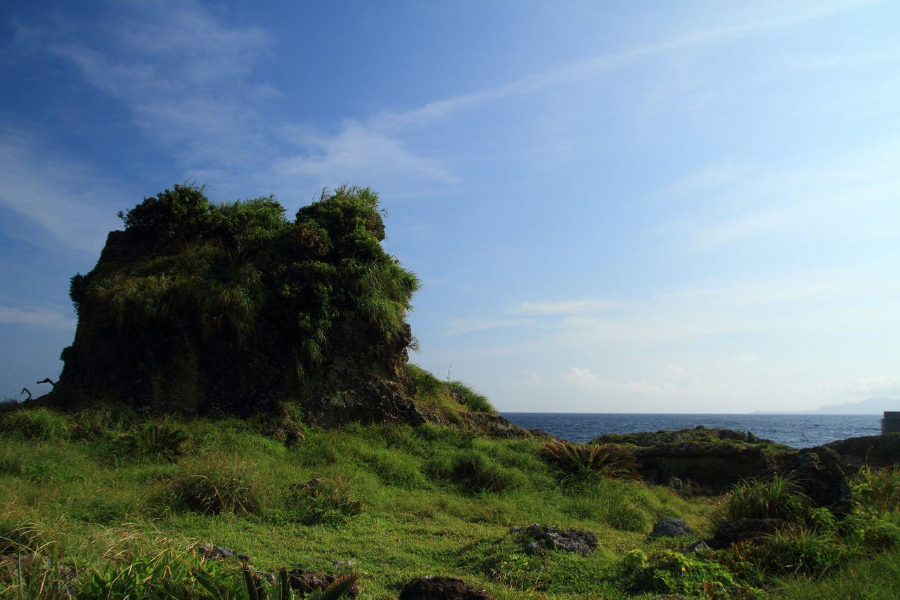 Tategami yang paling terkenal, sebuah batu bernama Unegami, adalah simbol Kodakarajima. (© Pixta)