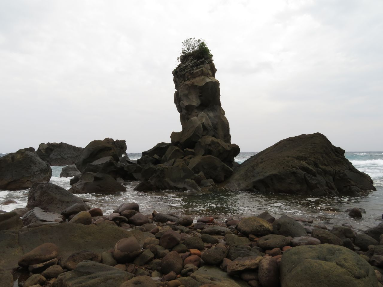 Air panas menggelembung di pantai berbatu Kuchinoshima. (© Pixta)