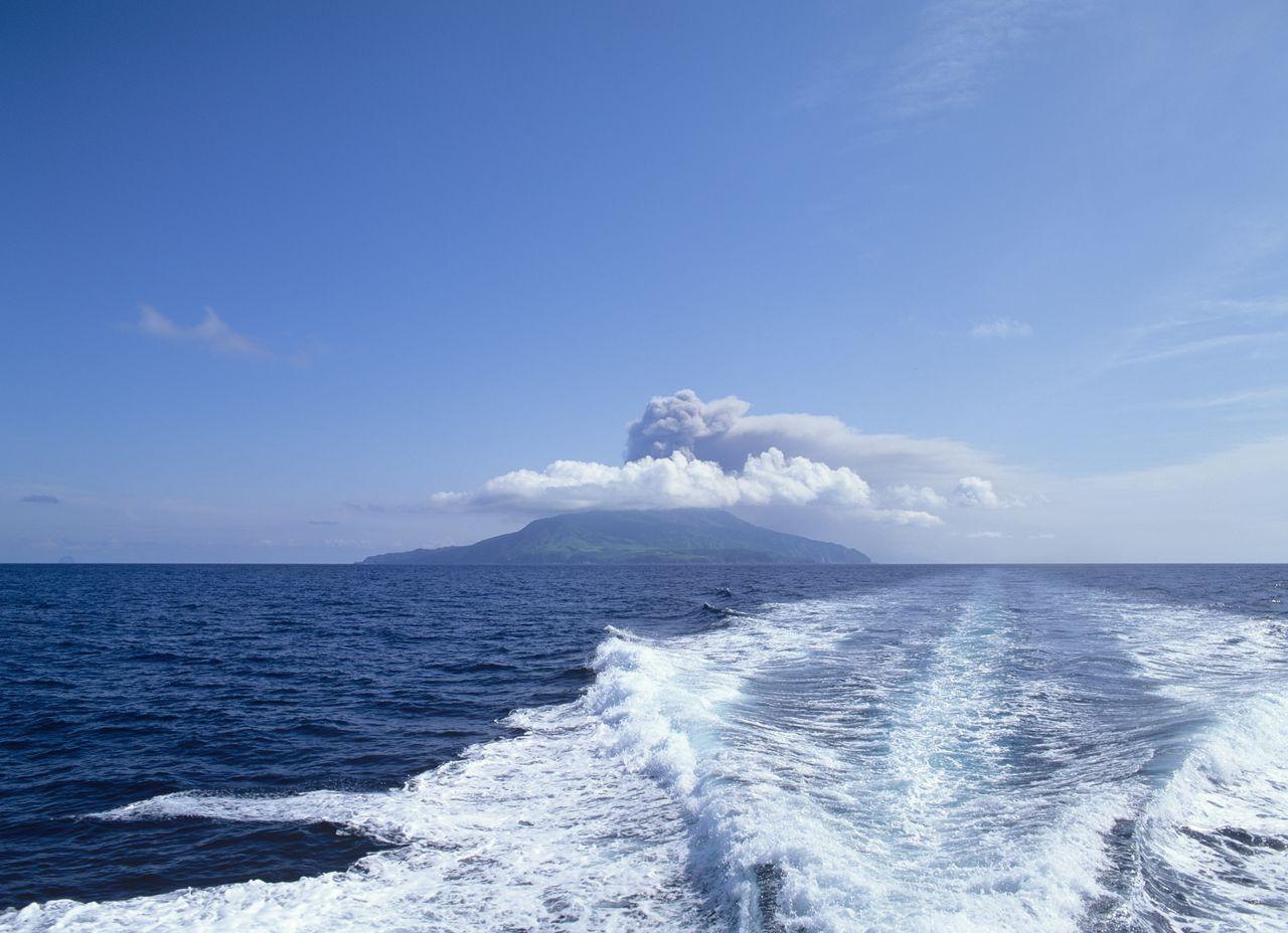 Asap mengepul dari letusan di Suwanosejima. (© Pixta)
