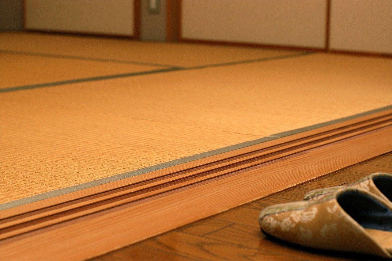 Sandal harus dilepas sebelum memasuki area tatami. (© Pixta)