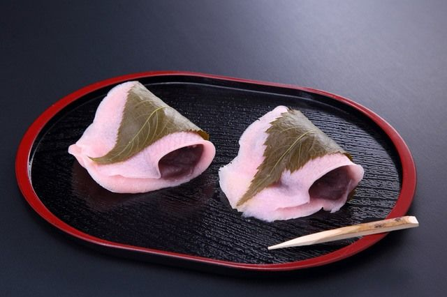 Filled with koshian, red bean paste pressed through a fine sieve, sakura mochi is typically enjoyed as part of the Doll Festival on March 3.