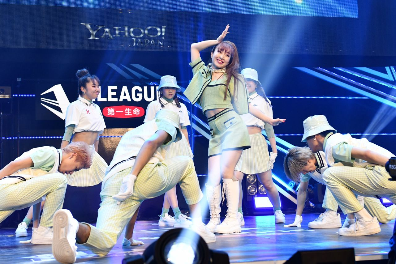 The Avex Royalbrats mixed team is one of the best groups in the D. League.  The team includes b-girl Riehata, who is also the group's producer.  (© Ligue D. 20-21)