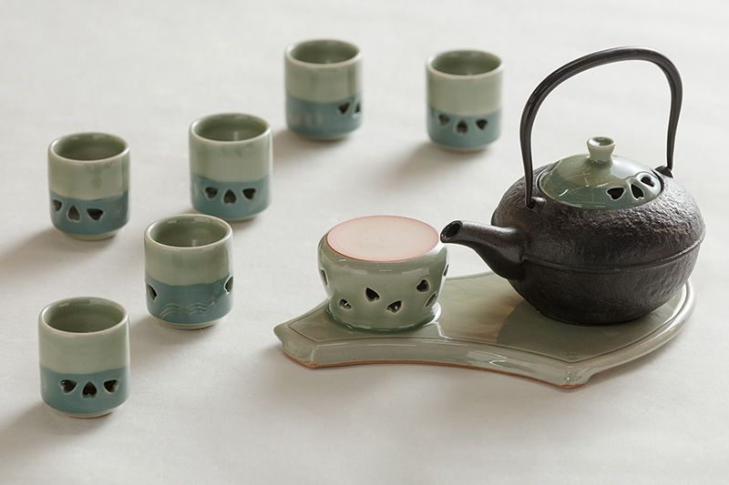 A tea set made as a trial item together with the Nanbu cast-iron workshop. The pottery lid and the teacups employ the double-layer method.