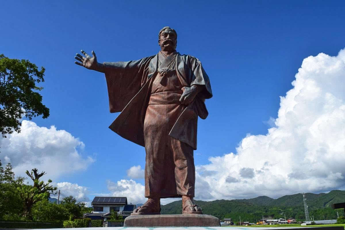 A bronze statue of Iwasaki Yatarō constructed near his home in Kōchi Prefecture. (Courtesy Aki Tourist Association)