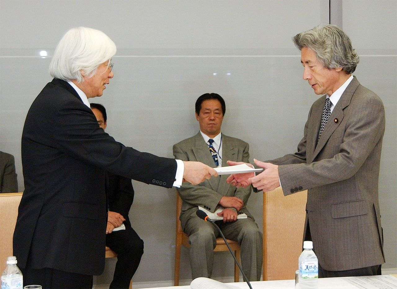 Yoshikawa Hiroyuki, head of the Advisory Council on Imperial House Law, presents the council's report to Prime Minister Koizumi Jun'ichirō at the Prime Minister's Office on November 24, 2005. (© Jiji)