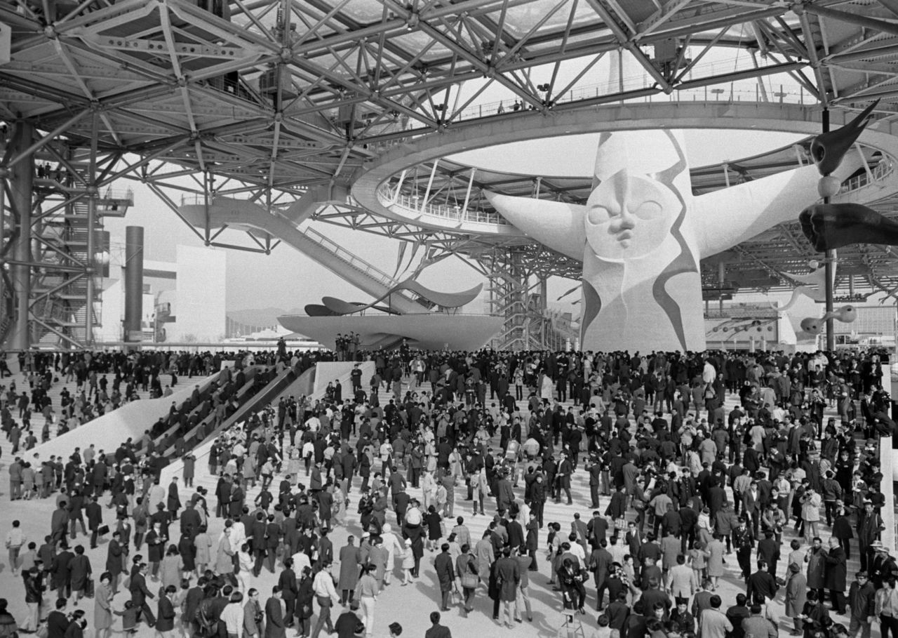 Expo 70's Tower of the Sun, surrounded by droves of visitors. (© Jiji)