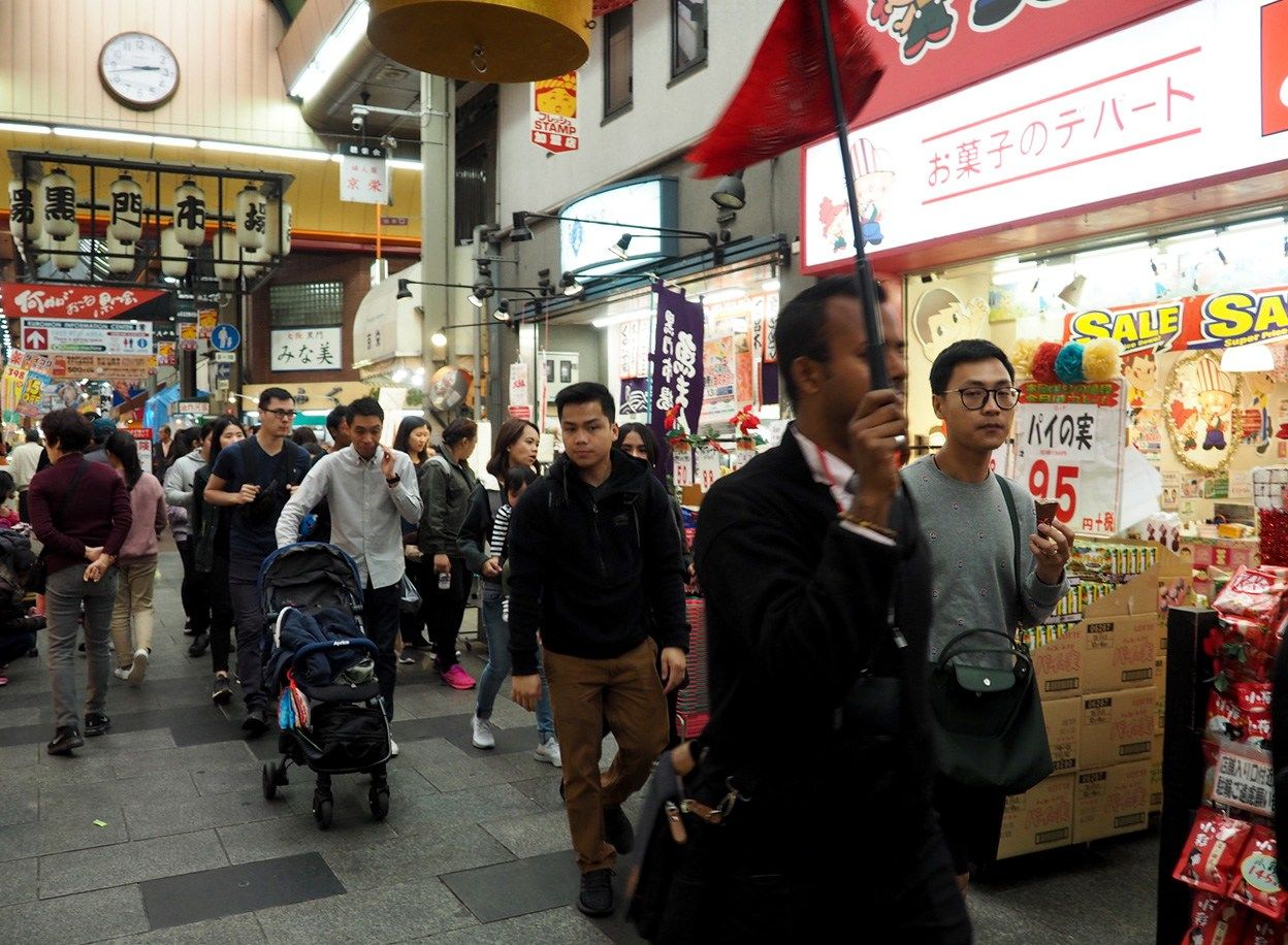 The Kuromon market, which caters to professional chefs, attracts overseas tourists seeking top-grade fresh seafood. The area is enjoying a recent surge in tourists from China, Korea, and Southeast Asia. (© Kō Hiroki)
