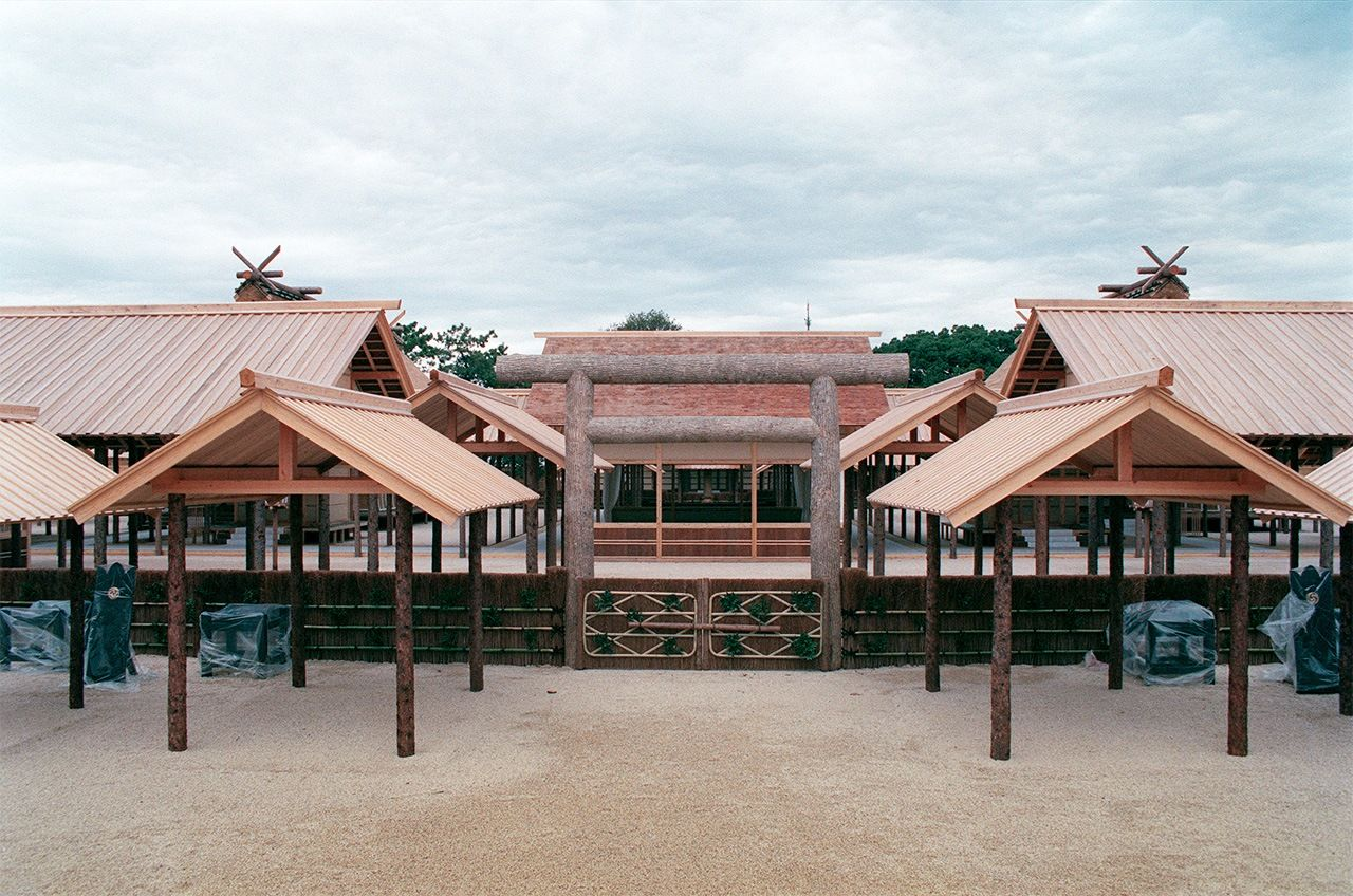 The Daijōkyū built for the previous imperial succession rites in the East Gardens of the Imperial Palace. Photograph taken in November 1990. (© Jiji.)