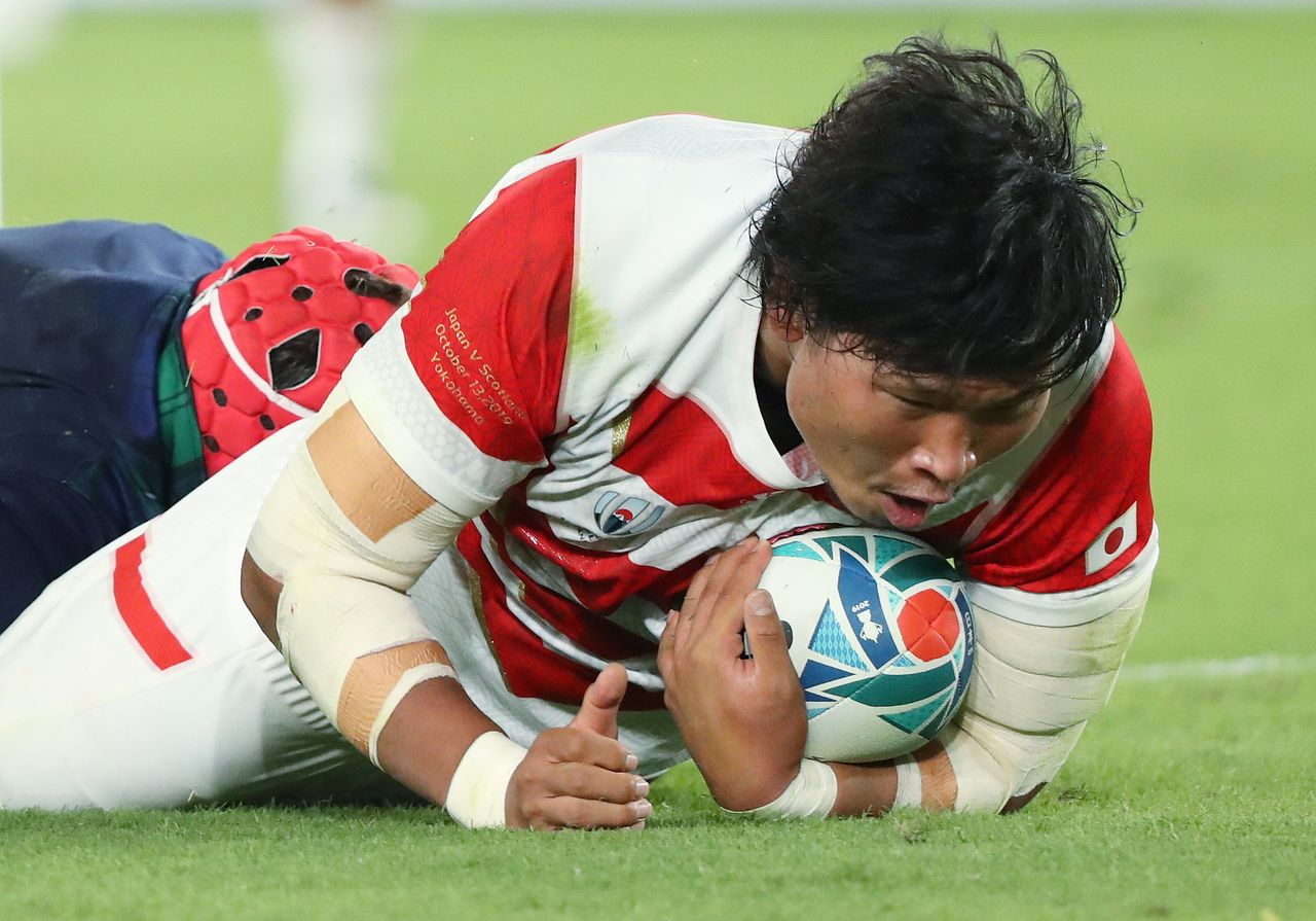 Inagaki Keita scores his first try ever as a Brave Blossom in the October 13 pool-round match against Scotland. (© Jiji)