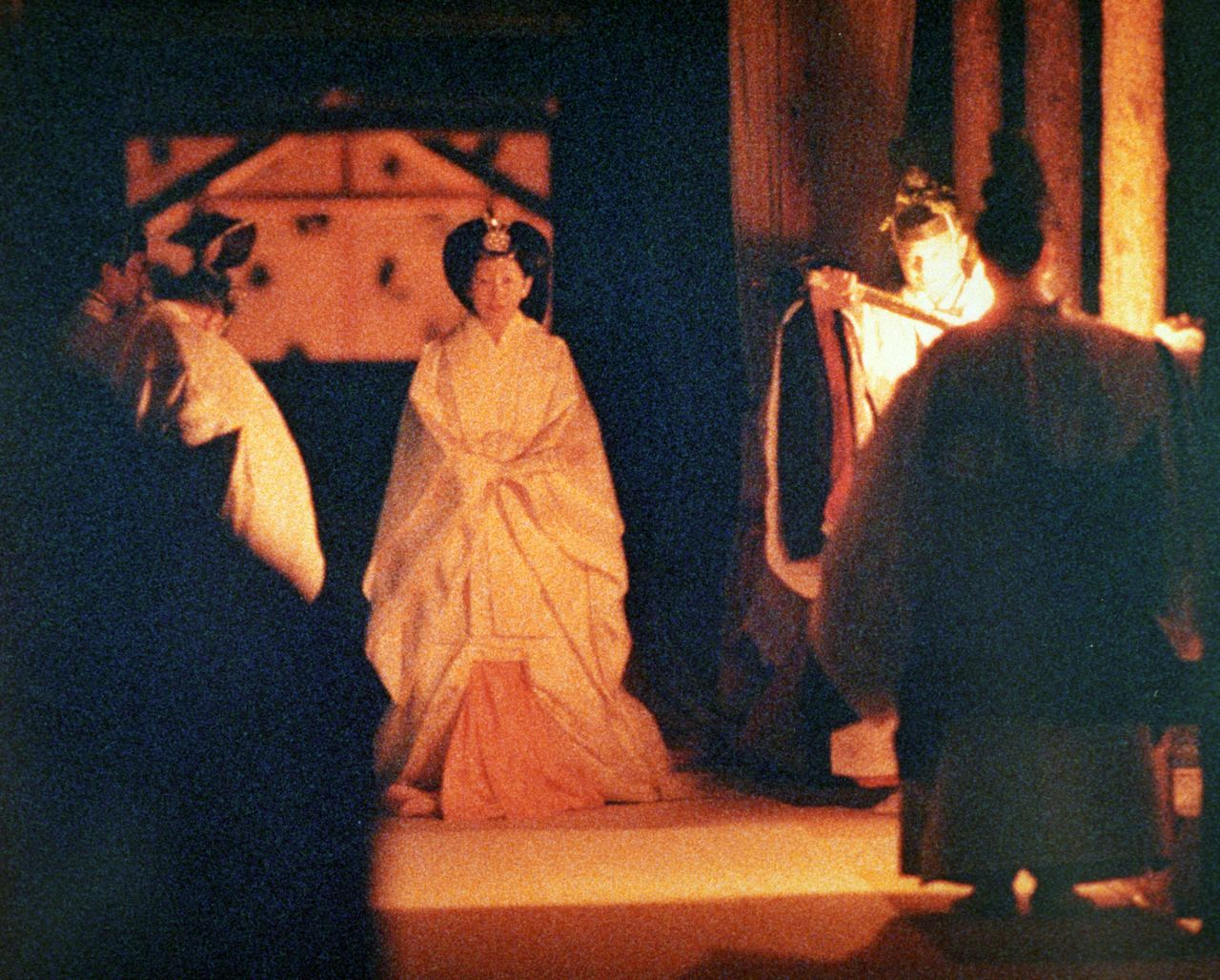 Empress Michiko participating in the 1990 ceremony. (© Aflo)