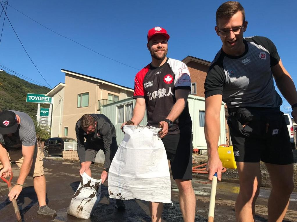 Canadian players help residents of Kamaishi clean up after Typhoon Hagibis. (Courtesy of the Rugby World Cup official Twitter account)