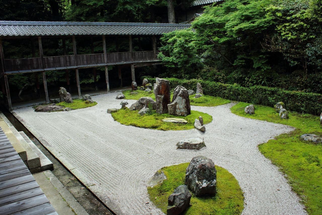 La mousse représente des îles et des montagnes rocheuses dans ce jardin japonais de Ryōtanji dans la préfecture de Shiga.