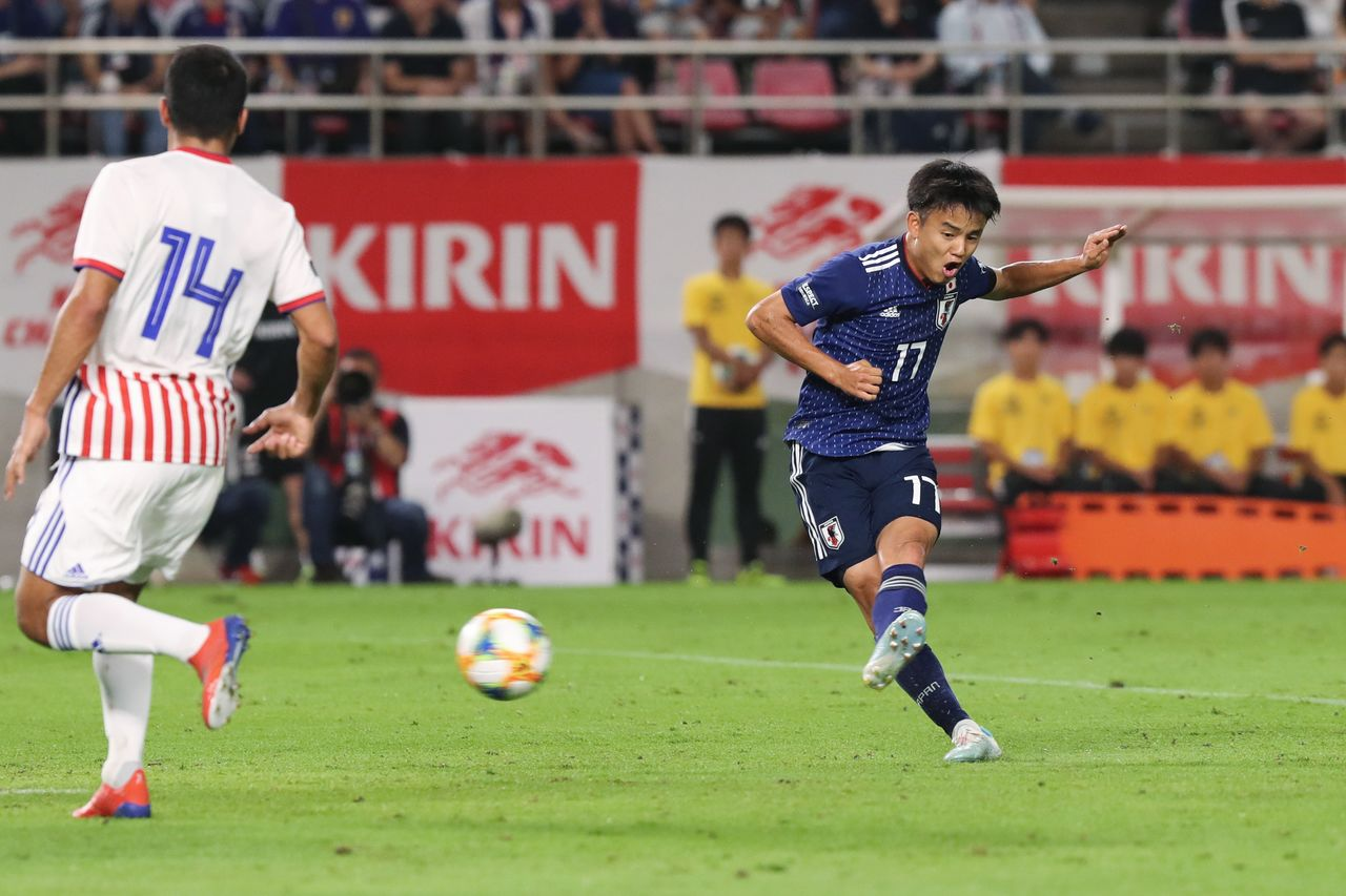 Kubo in a friendly match against Paraguay. Since getting called up in May, Kubo has regularly come off the bench to play for the national team. (© Jiji)