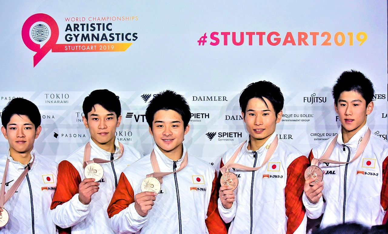 Hashimoto Daiki (right) displays his bronze medal with other members of Japan's gymnastics team at the World Championships in Stuttgart. (Courtesy Yanai Yumiko)