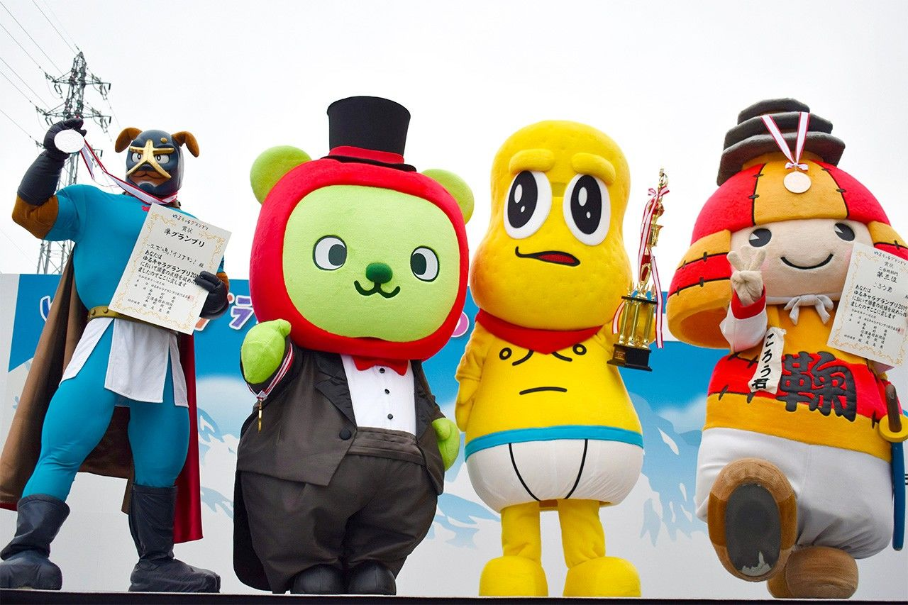 Inunakin (left) shows off his second-place medal alongside other winning mascots at the 2019 Yuru Kyara Grand Prix in Nagano. (© Jiji)