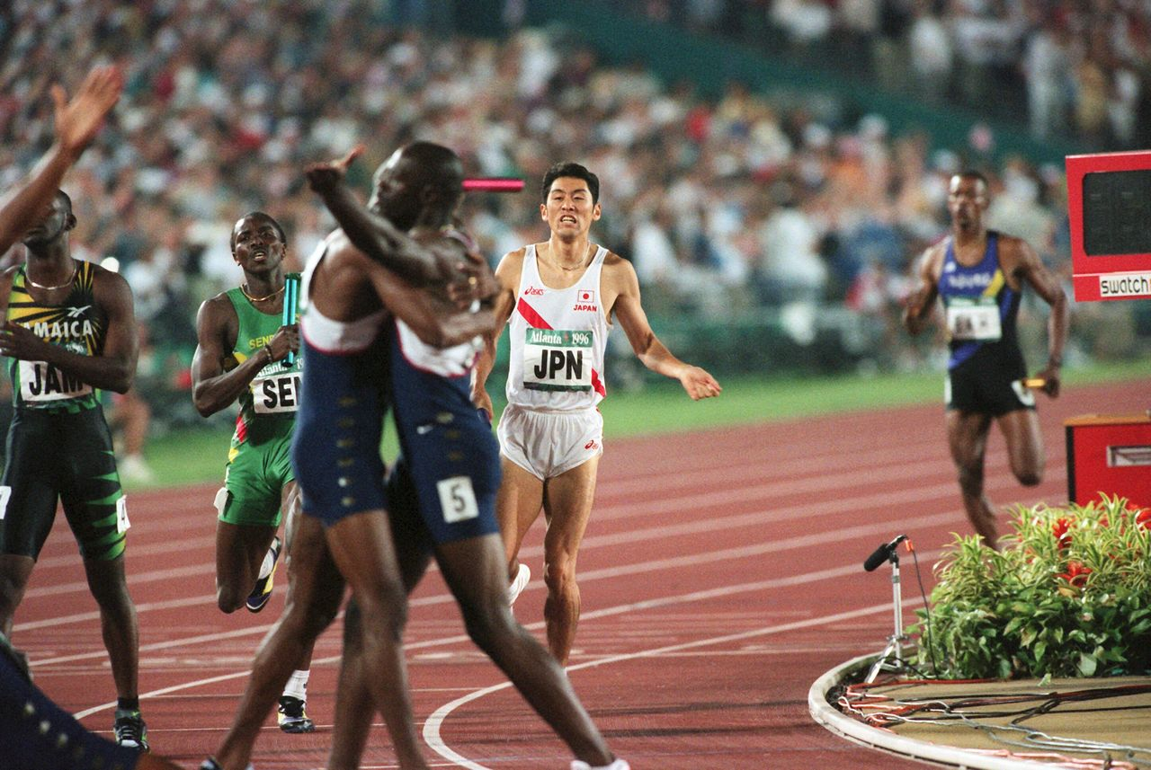 Ōmori (center) crosses the finish line in fifth place in the 4x400 final at the 1996 Atlanta Olympics. (© Jiji)